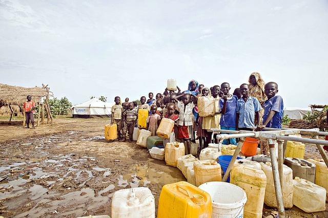 Cua de persones per carregar aigua potable camp de refugiats de Jamam al Sudan del Sud / John Ferguson / OXFAM