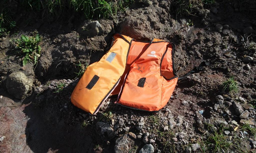 Salvavides entre les roques a la costa de l'illa de Lesbos / LAIA ALTARRIBA