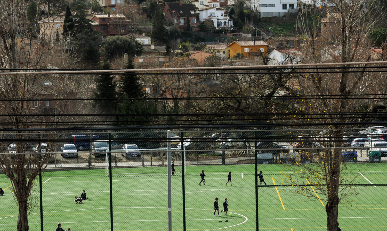 Camp de futbol de gespa artificial a l'escola La Farga, de Sant Cugat del Vallès / IVAN G. COSTA