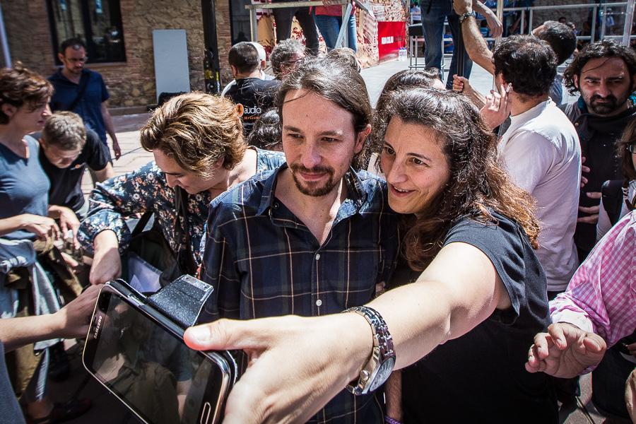Selfie amb Pablo Iglesias als carrers de Barcelona / JORDI BORRÀS