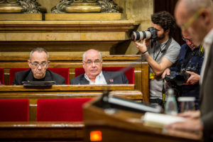 Els diputats de CSQPot, Joan Coscubiela i Lluís Rabell, escolten el conseller Romeva al Parlament / JORDI BORRÀS