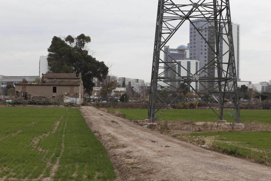 Cal Trabal, amb les torres de la plaça Europa al fons / XAVI HERRERO