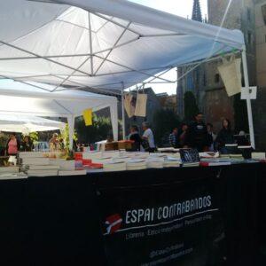 Paradeta davant la Catedral de Barcelona de Contrabandos per Sant Jordi / @EditorialArrela