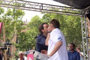 El petó entre Xavier Domènech i Pablo Iglesias. Foto: Marc Jurado