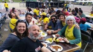 L'alcaldessa Dolors Sabater, amb samarreta de SOS per l'educació pública, amb altres membres de Guanyem Badalona en Comú / GBComú