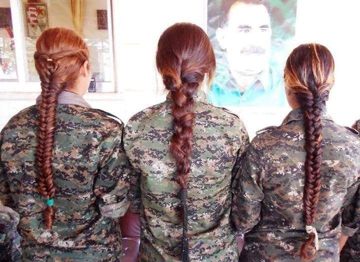 Combatents kurdes mirant foto d'Ocalan / KURDISH STRUGGLE
