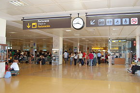 Interior de la terminal de l'aeroport de Girona