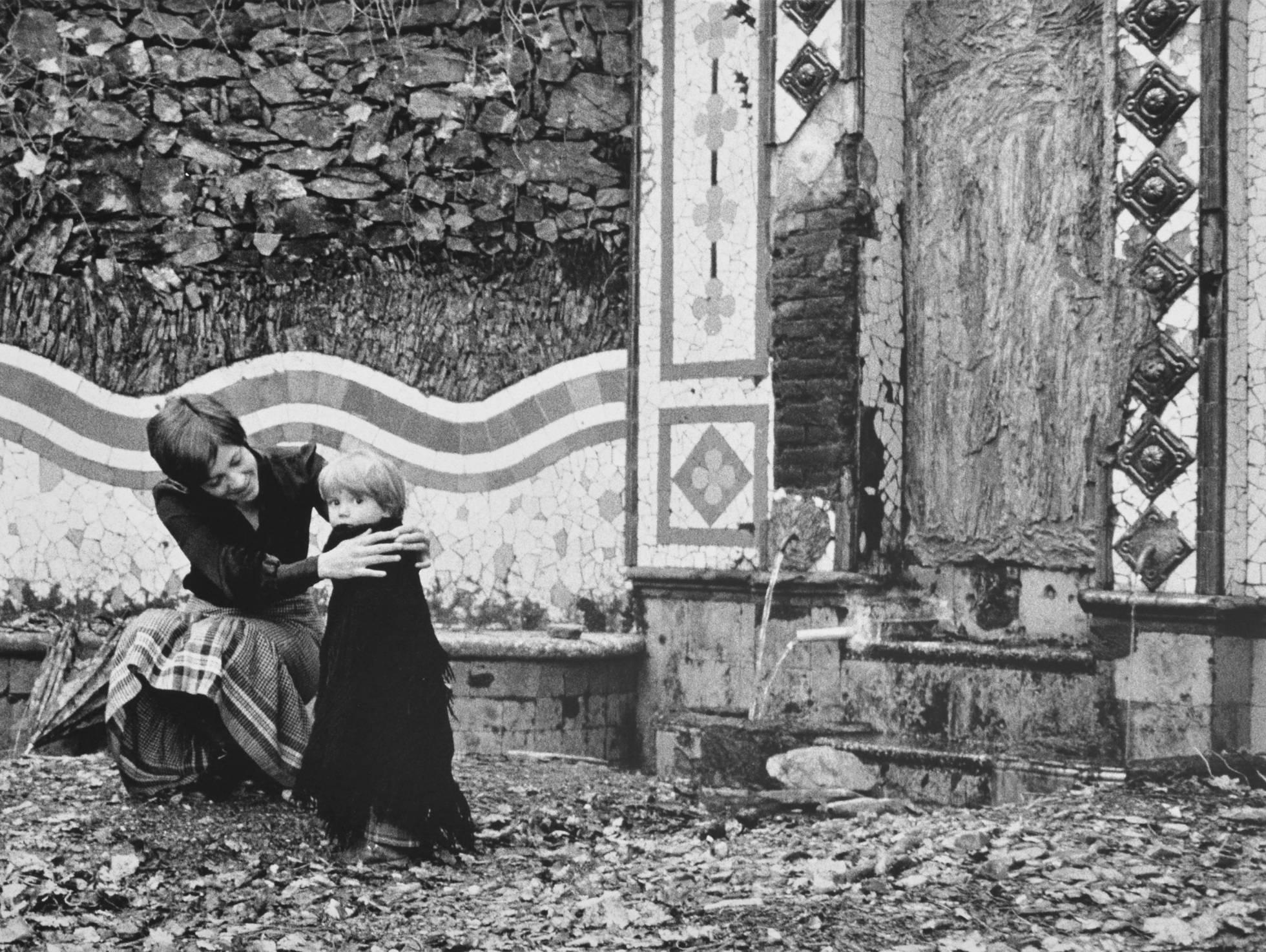 Montserrat Roig, a Barcelona, amb el seu fill / PILAR AYMERICH