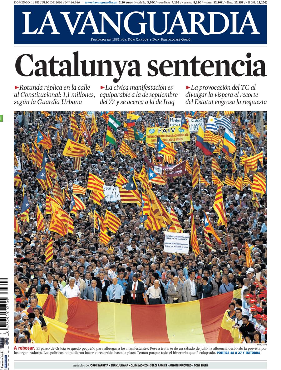 Portada de 'La Vanguàrdia' l'endemà e la manifestació contra la sentència de l'Estatut el juliol de 2010