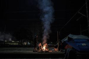 Un grup de refugiats s'escalfa durant la nit a Idomeni (Grècia) / RAÜL CLEMENTE