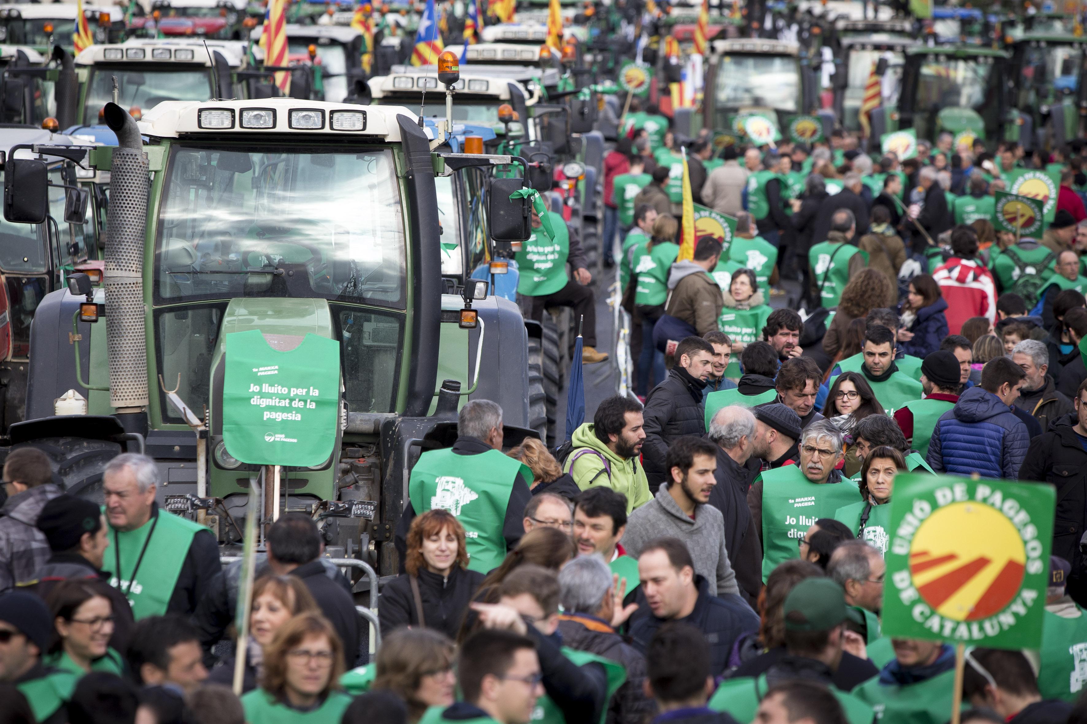 Una protesta de la Marxa Pagesa amb tractors arribats fins a Barcelona / ALBERT SALAMÉ