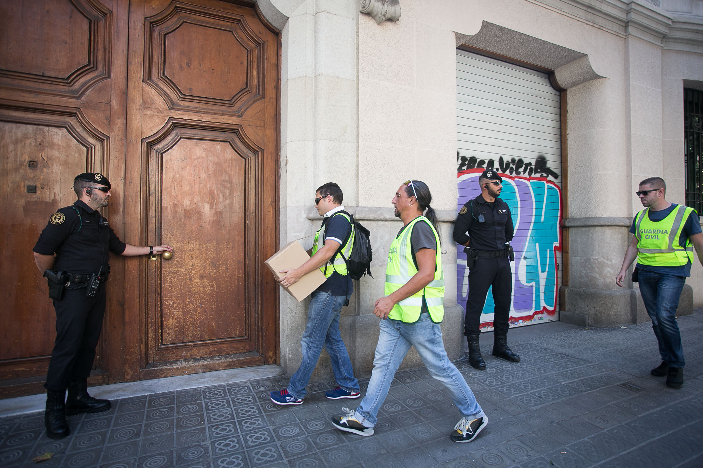 Agents de la Guàrdia Civil registren la seu de CatDem. Foto: Arxiu Crític