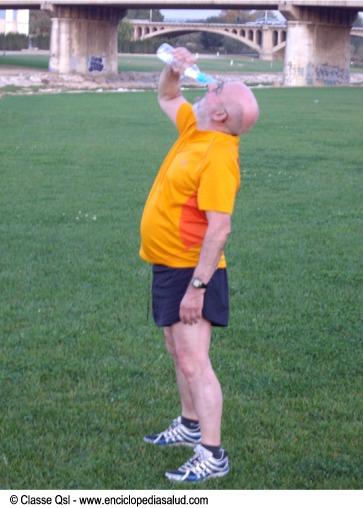 Hombre bebiendo agua al hacer deporte