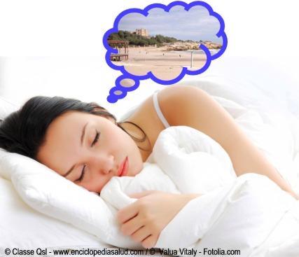 Mujer soñando con un gato