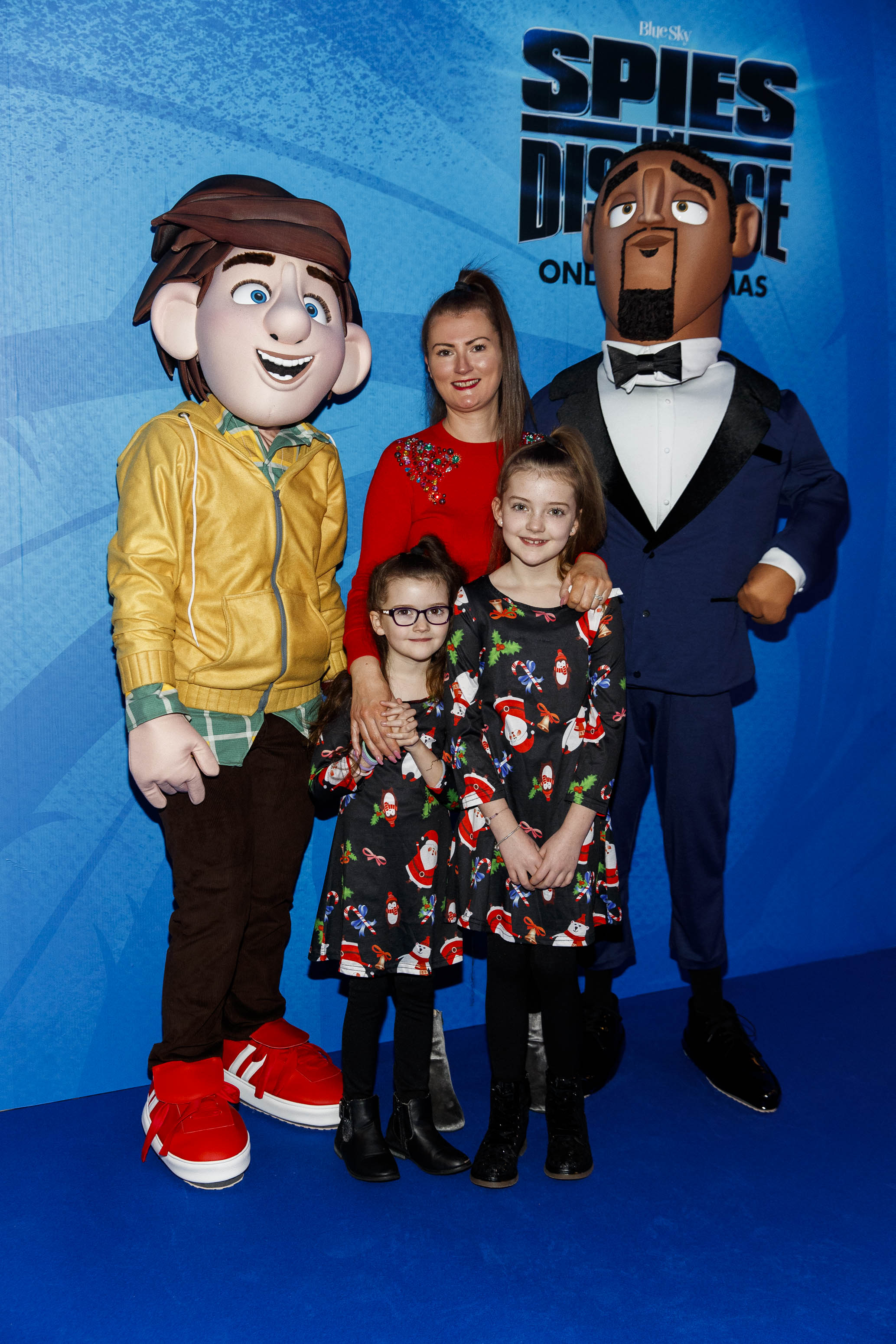 Louis Pheelan with Lucy (7) and Isabelle (10) pictured at the special preview screening of SPIES IN DISGUISE in Cineworld.  Picture: Andres Poveda