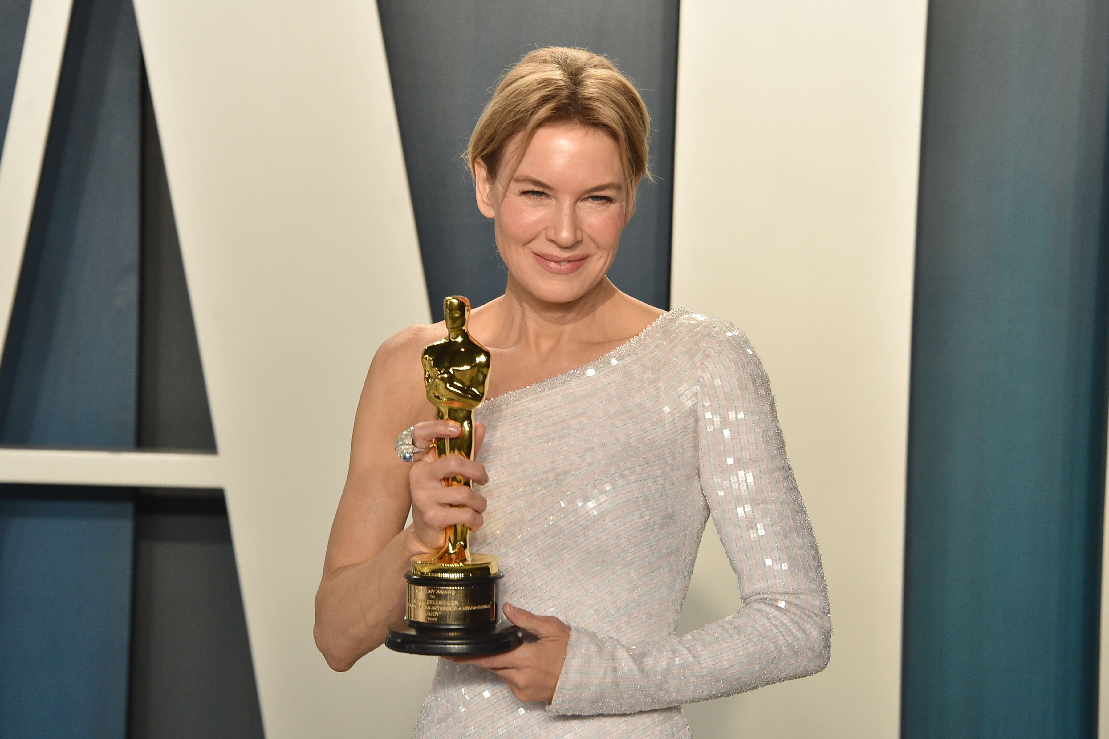 "Renee Zellweger holds her Oscar for Best Actress for ""Judy"" as she attends the 2020 Vanity Fair Oscar Party at Wallis Annenberg Center for the Performing Arts on February 09, 2020 in Beverly Hills, California. (Photo by David Crotty/Patrick McMullan via Getty Images)"