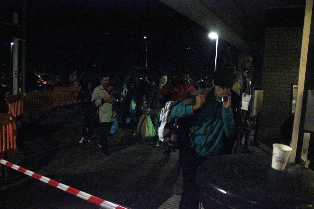 vluchtelingen komen aan in sportgebouw 3