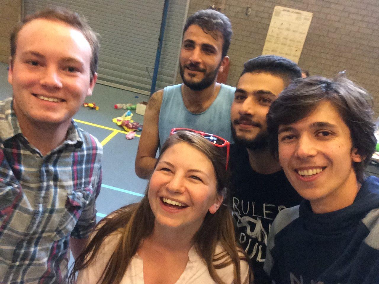 selfie vluchtelingen met twee internationale studenten