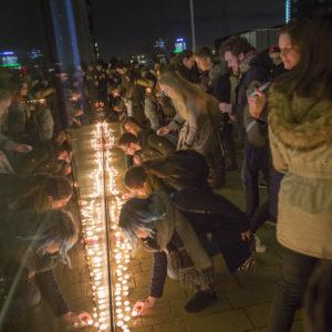 Minuut stilte en kaarsen voor Parijs 1115-008
