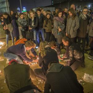 Minuut stilte en kaarsen voor Parijs 1115-017