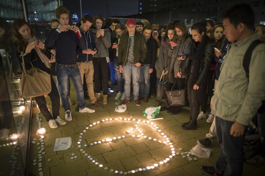 Minuut stilte en kaarsen herdenking aanslagen Parijs november 2015