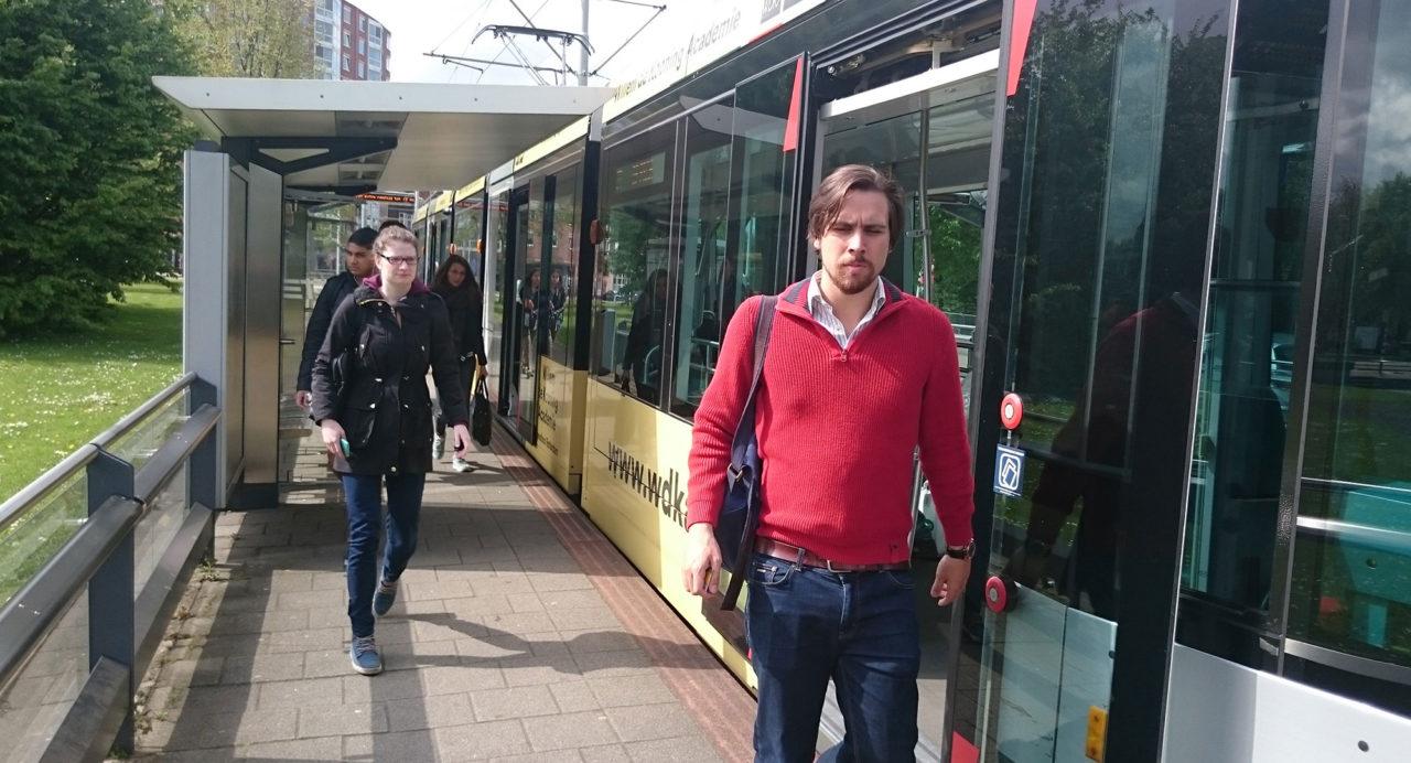 tramhalte-woudestein-zon-passagiers