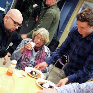 Studenten koken feestmaaltijd voor Kralingse daklozen