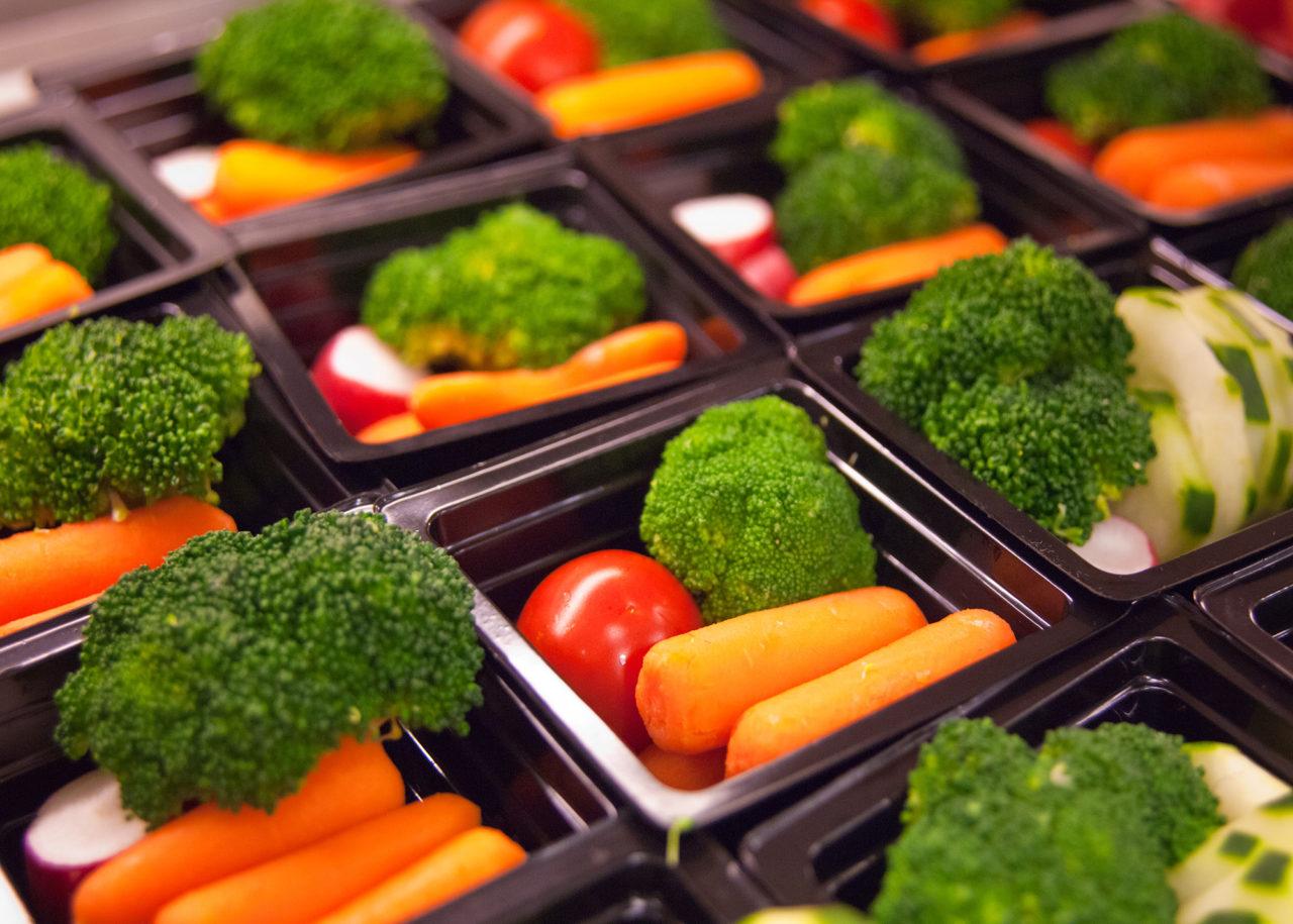 vegetarisch lunchen wortels broccoli radijsjes eten School Breakfast and School Lunch at Washington-Lee High School Arlington, Virginia
