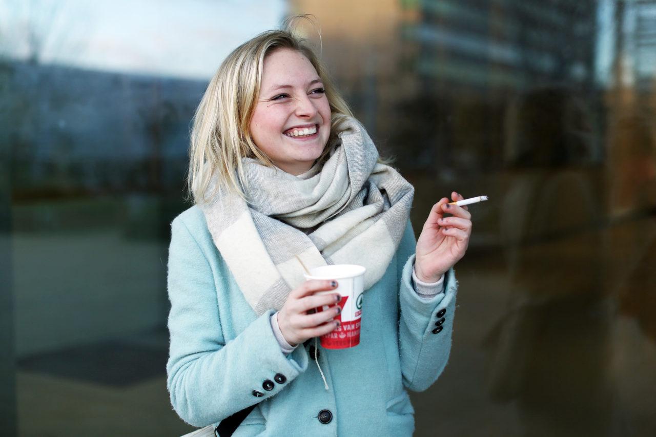 Rokers roken sigaretten rookplek Esme