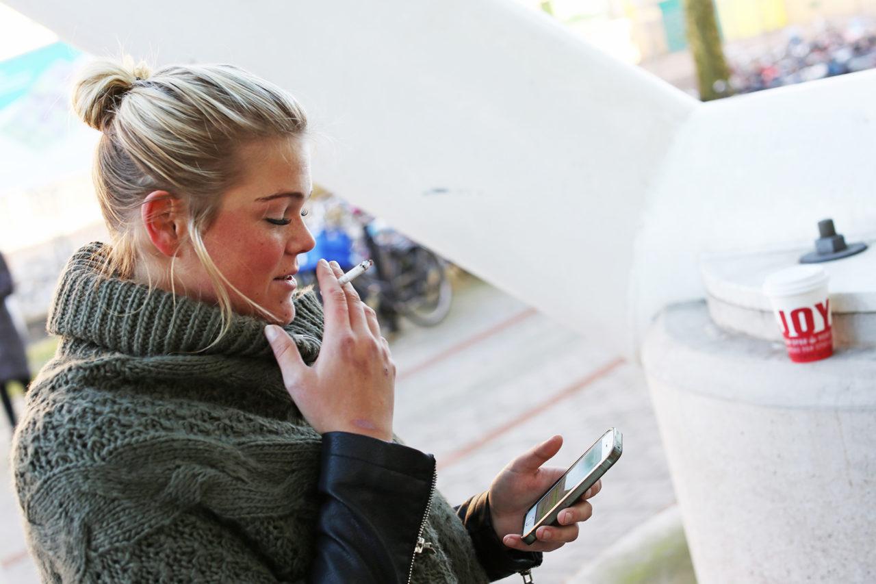 Rokers roken sigaretten rookplek Mara