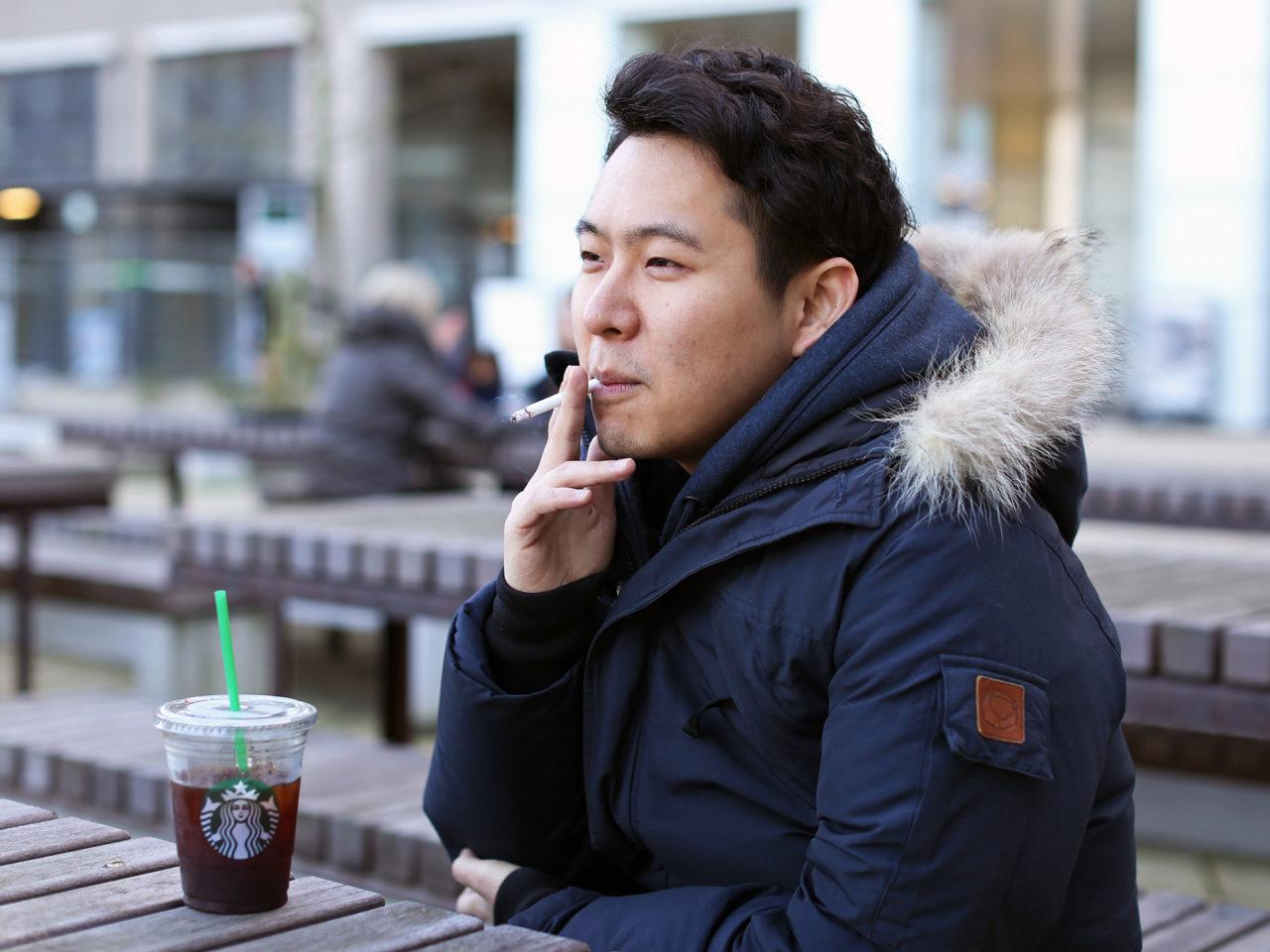 Rokers roken sigaretten rookplek Seunghwan Oh
