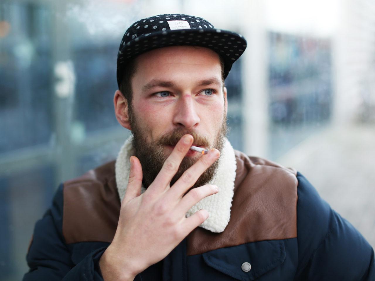 Rokers roken sigaretten rookplek Thijs