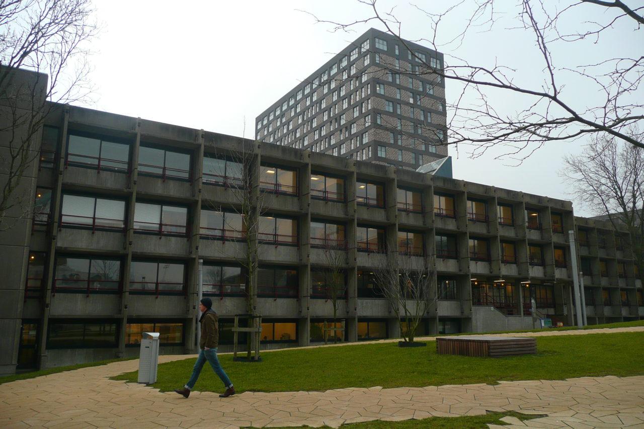 e-gebouw met hattagebouw campus woudestein winter