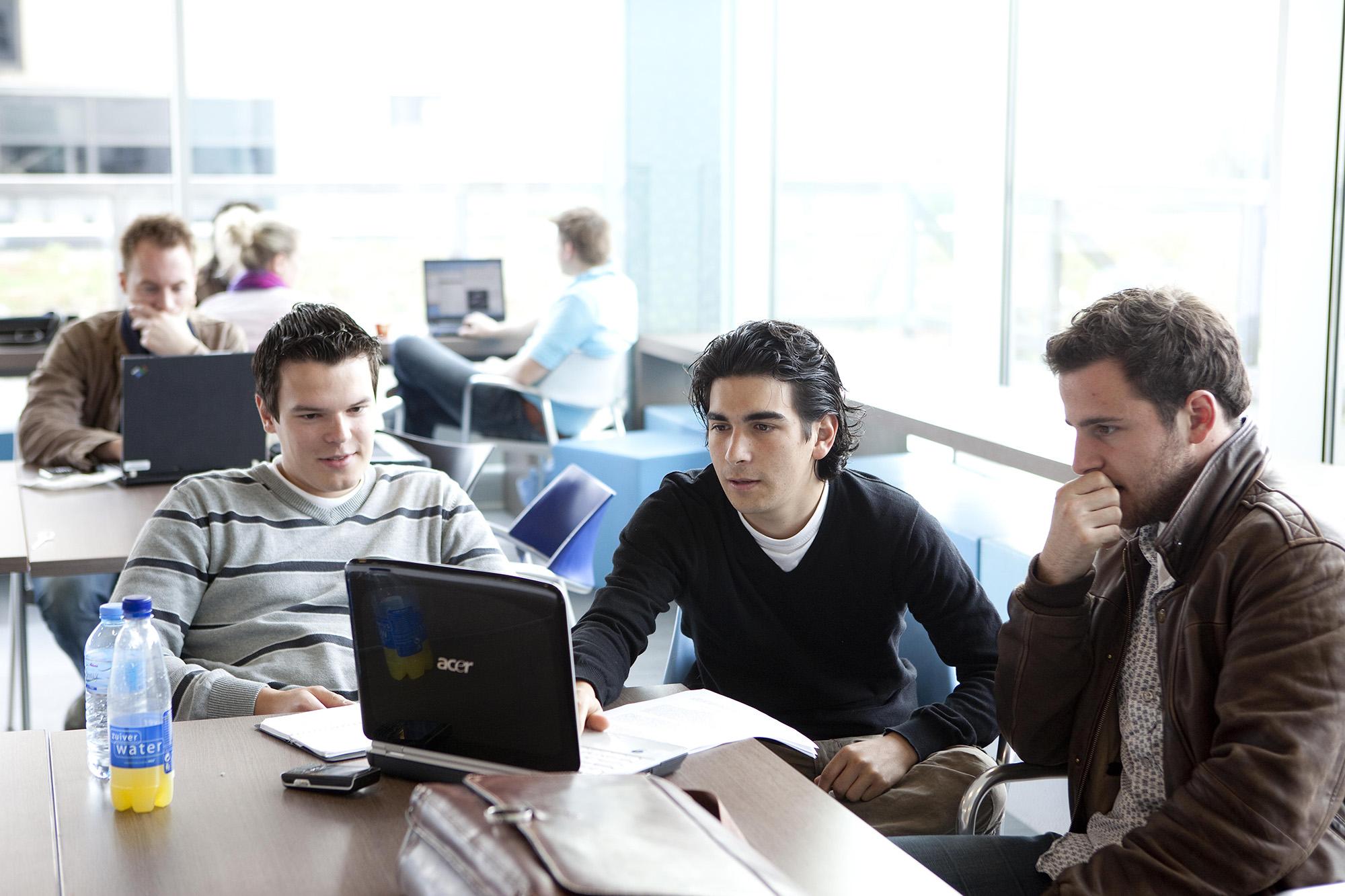 studenten werken samen campus