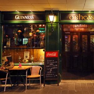 Vieze glazen, gekke dansjes en oude mannen in O'Sheas Irish Pub