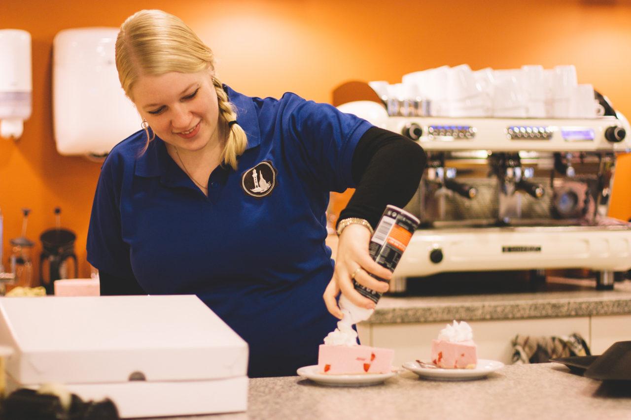 celeste-andeweg-barista-koffiezaakje-koffie-cappuccino-taart-1