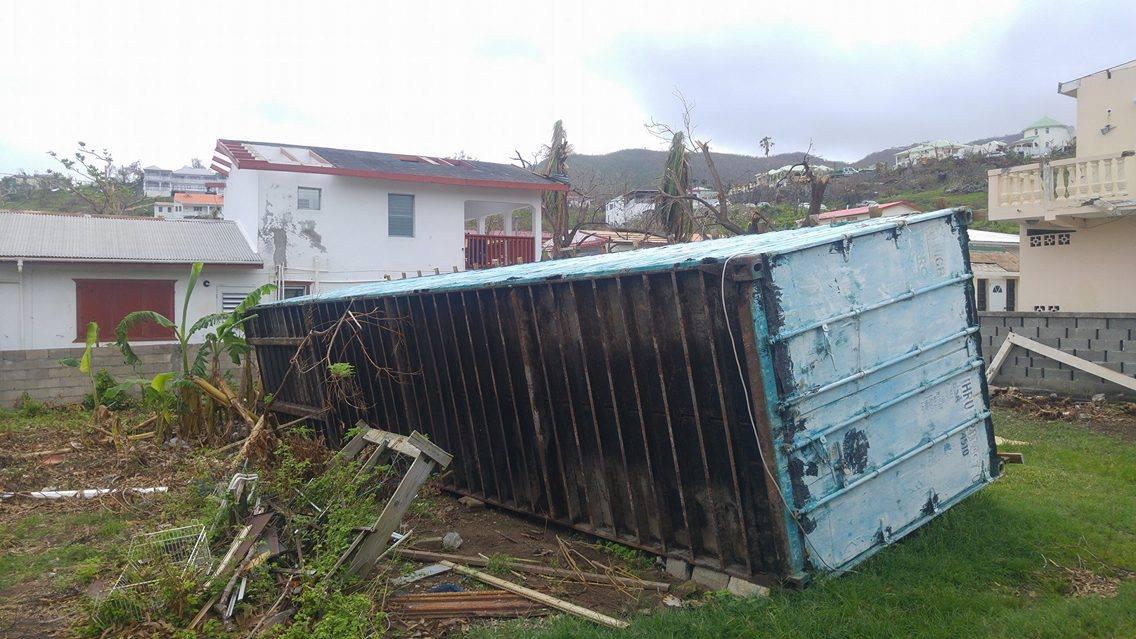 Sint Maarten. Omgewaaid 40 ton container met kleren en cosmetica