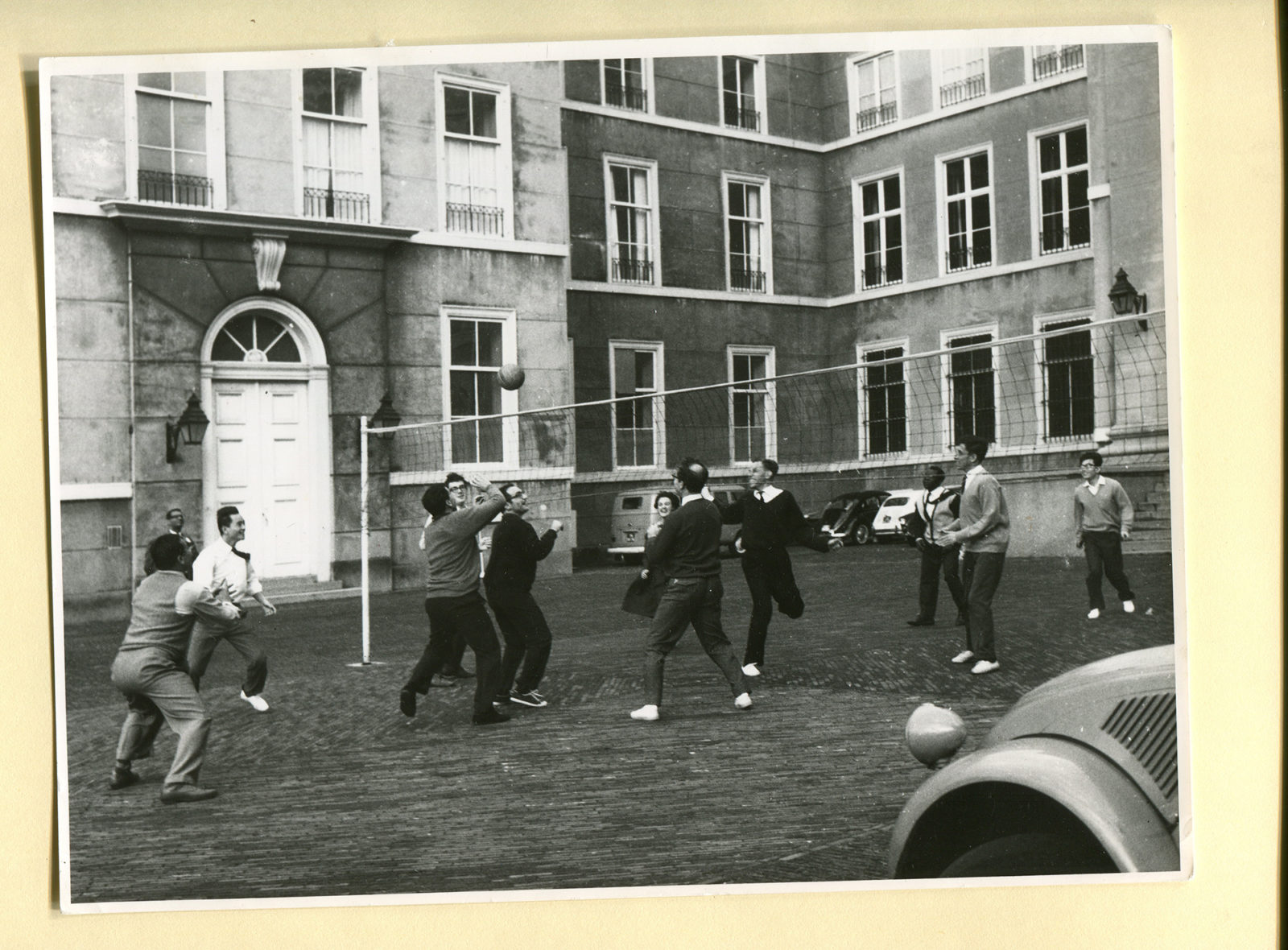 ISS-65-years-in-pictures-Playing-volleyball-in-front-of-Noordeinde-Palace-2000