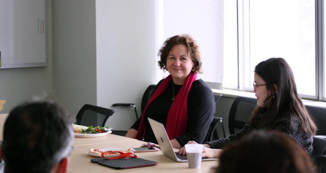 002 foto Michele Lamont aan tafel met studenten_no credit