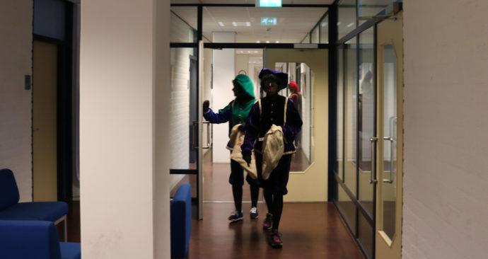 Zwarte Pieten in de gang e-gebouw HR