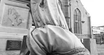 Erasmus-van-zijn-sokkel-Levien