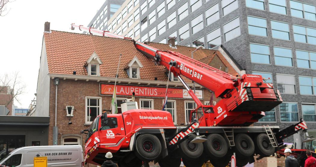 Laurentius hijskraan-valt-op-dak-foto-Elmer