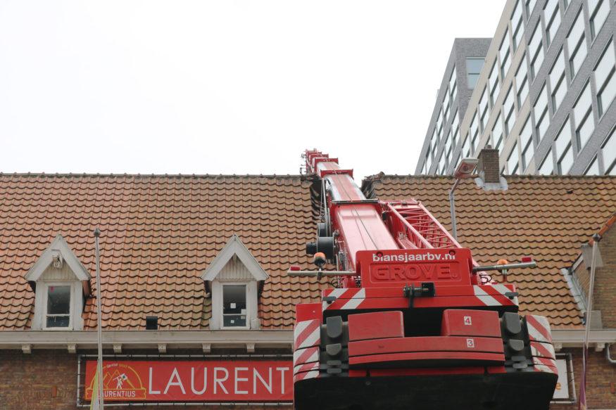 Laurentius hijskraan-valt-op-dak-3-foto-Elmer