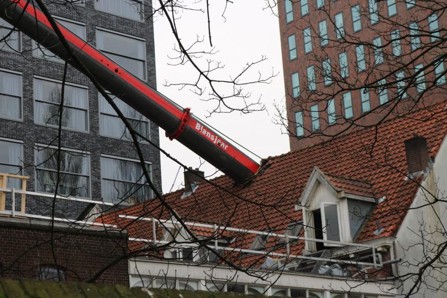 Laurentius hijskraan-valt-op-dak-5-foto-Elmer