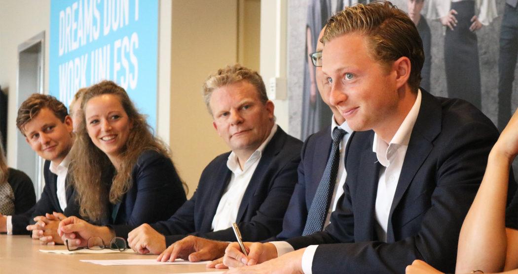 Onder toeziend oog van rector magnificus Rutger Engels tekenen de voorzitters van de studentenverenigingen de gedragscode