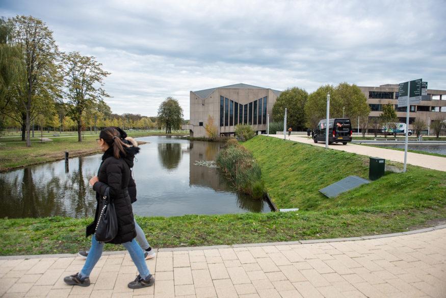 De hoofdingang van campus Woudestein_foto-Ronald-Heerik