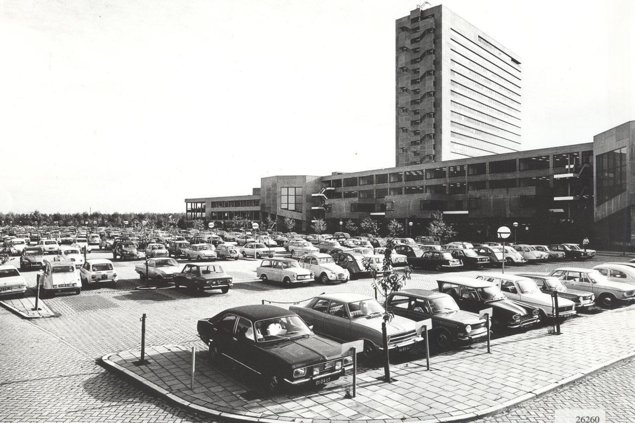 Parkeerterrein op campus Woudestein (1970), waar nu Park Noord is