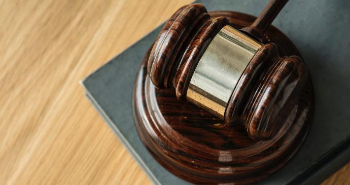 rechter hamer rechtzaak rechtbank justitie OM