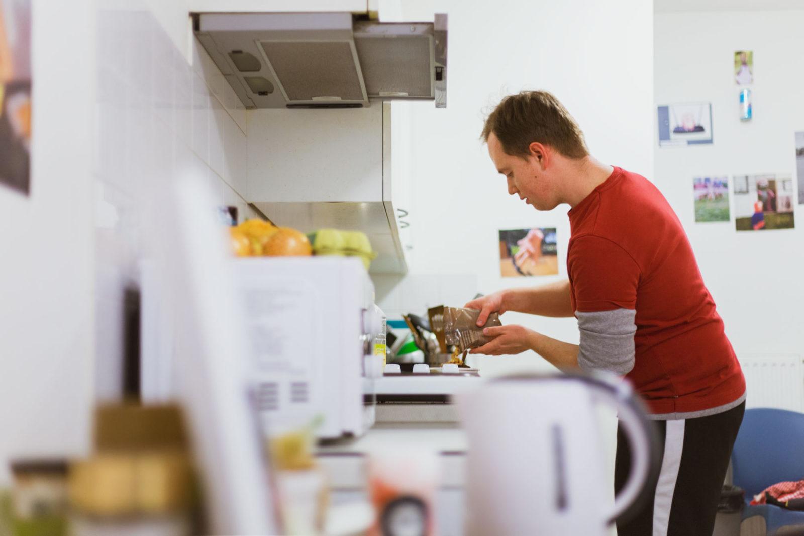 studenten-die-nooit-koken-alexey-maakt-eten-aysha-gasanova