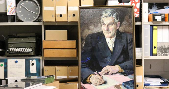 portret-CW-de-Vries-tussen-de-archiefdozen-Tim-Ficheroux